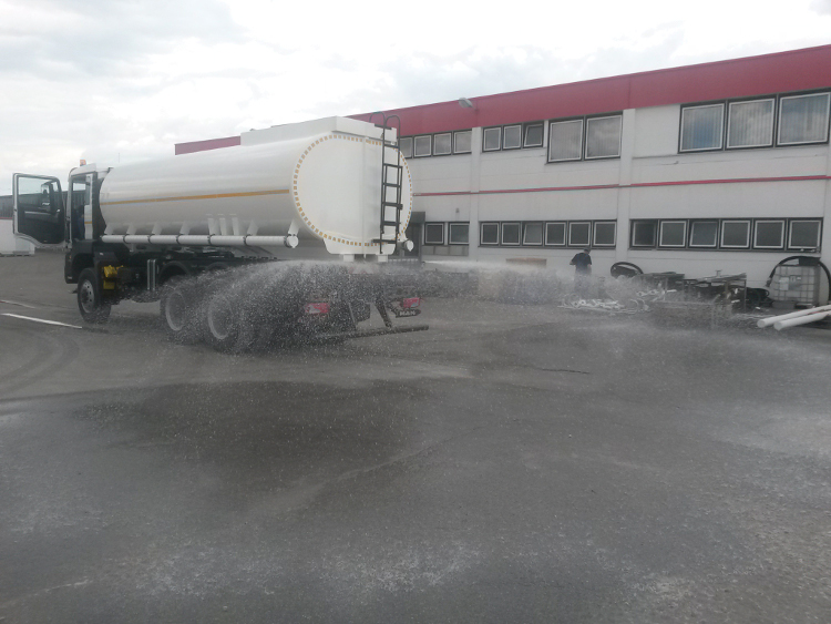 How the spray bar at the rear end of the water tank truck functions